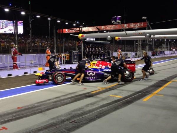 F1-2013-SINGAPOUR-VETTEL-rentre-au-stand-apres-sa-41éme-pole-photo-PIRELLI