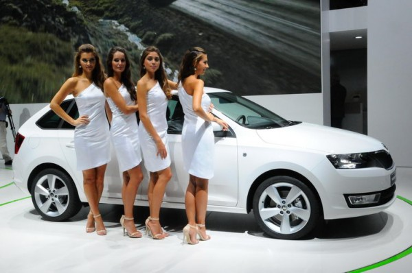 Francfort-2013-Skoda-girls-elles-vont-aussi-par-quatre--Photo-Patrick-Martinoli