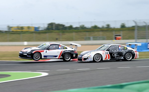 PORSCHE-CUP-2013-MAGNY-COURS-Le-duel-OLIVIER-LOMBARD-ROMAIN-MONTI-3-photo-Claude-MOLINIER