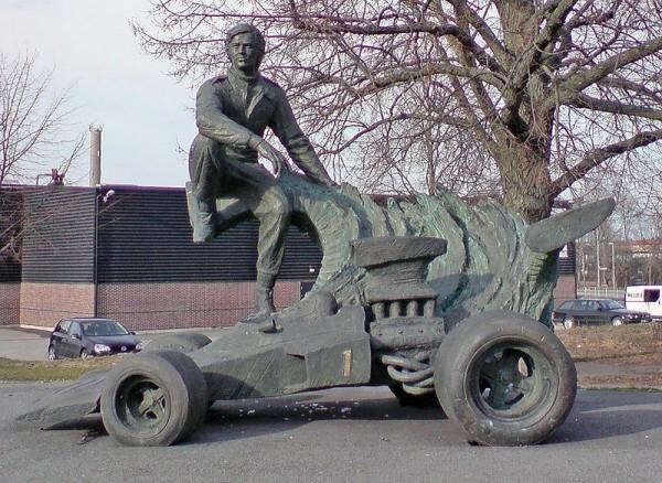 RONNIE-PETERSON-la-statue-souvenir-dans-sa-ville-natale-OREBRO-en-Suede