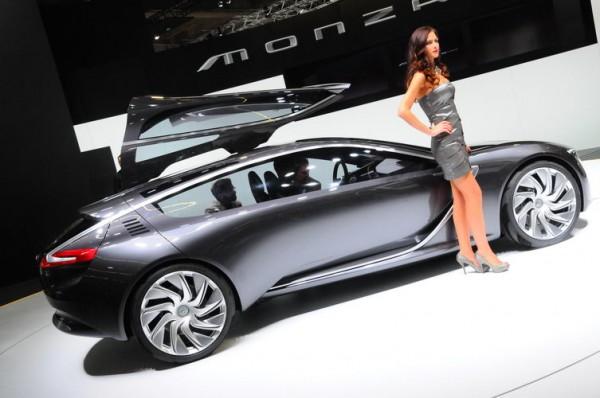 SALON-Frankfort-2013-Avec-Opel-on-ne-sait-plus-ou-porter-le-regard-devant-ces-deux-beautés-réunies-Photo-Patrick-Martinoli