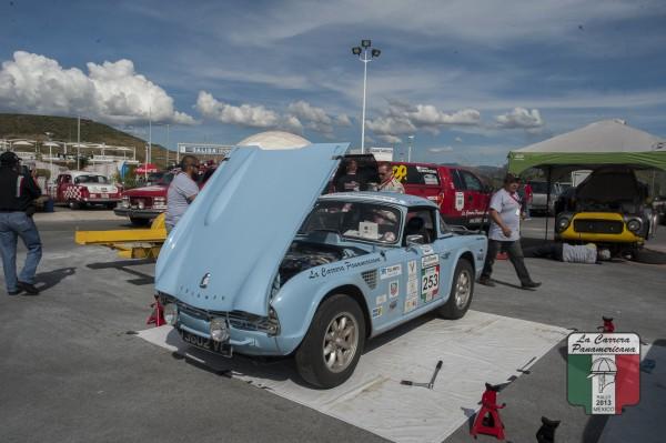 CARRERA PANAMERICANA 2013 - Séance de mécanique pour cette splendide Triumph TR4