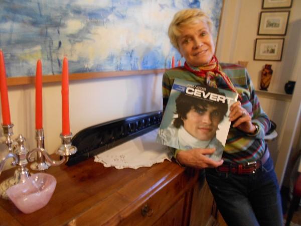 Jacqueline CEVERT BELTOISE avec le livre dédié à son illustre frée François, le pilote de légende - photo autonewsinfo