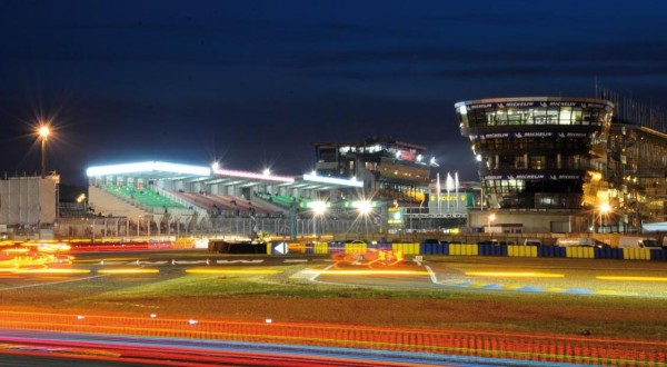 CIRCUIT-DU-MANS-Le-BATIMENT-de-nuit-photo-ACO