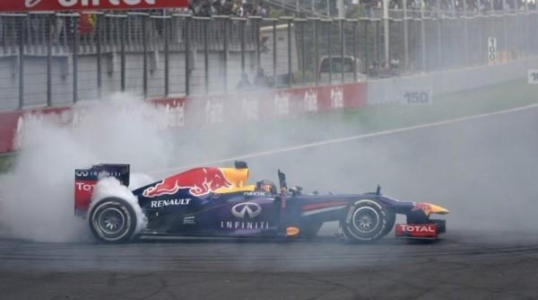 F1-2013-GP-INDE-VETTEL-fait-un-360-pour-saluer-sa-voicvtoire-et-son-4eme-titre-le-27-octobre