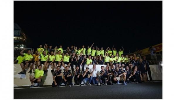 F1-2013-SUZUKA-AMBIANCE-equipe-RED-BULL-autour-de-SEB-VETTEL