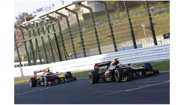 F1-2013-SUZUKA-ROMAIN-GROSJEAN-devant-MARK-WEBBER