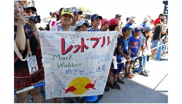 F1-2013-SUZUKA-SEB-VETTEL-et-MARK-WEBBER-comptent-de-jeunes-supporters-au-lointain-Japon