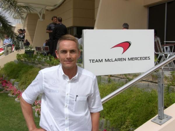 F1-Martin-Whitmarsh-devant-le-siége-de-McLaren-a-Woking