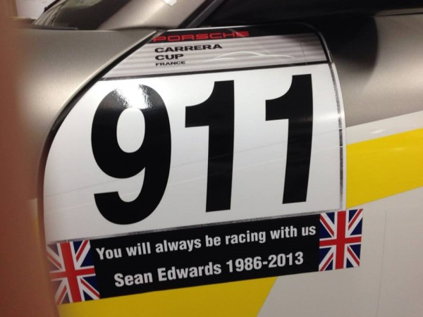 PORSCHE CARRERA CUP 2013 - PAUL RICARD - Hommage a SEAN EDWARDS sur la portiere de la 911 de Christophe LAPIERRE.