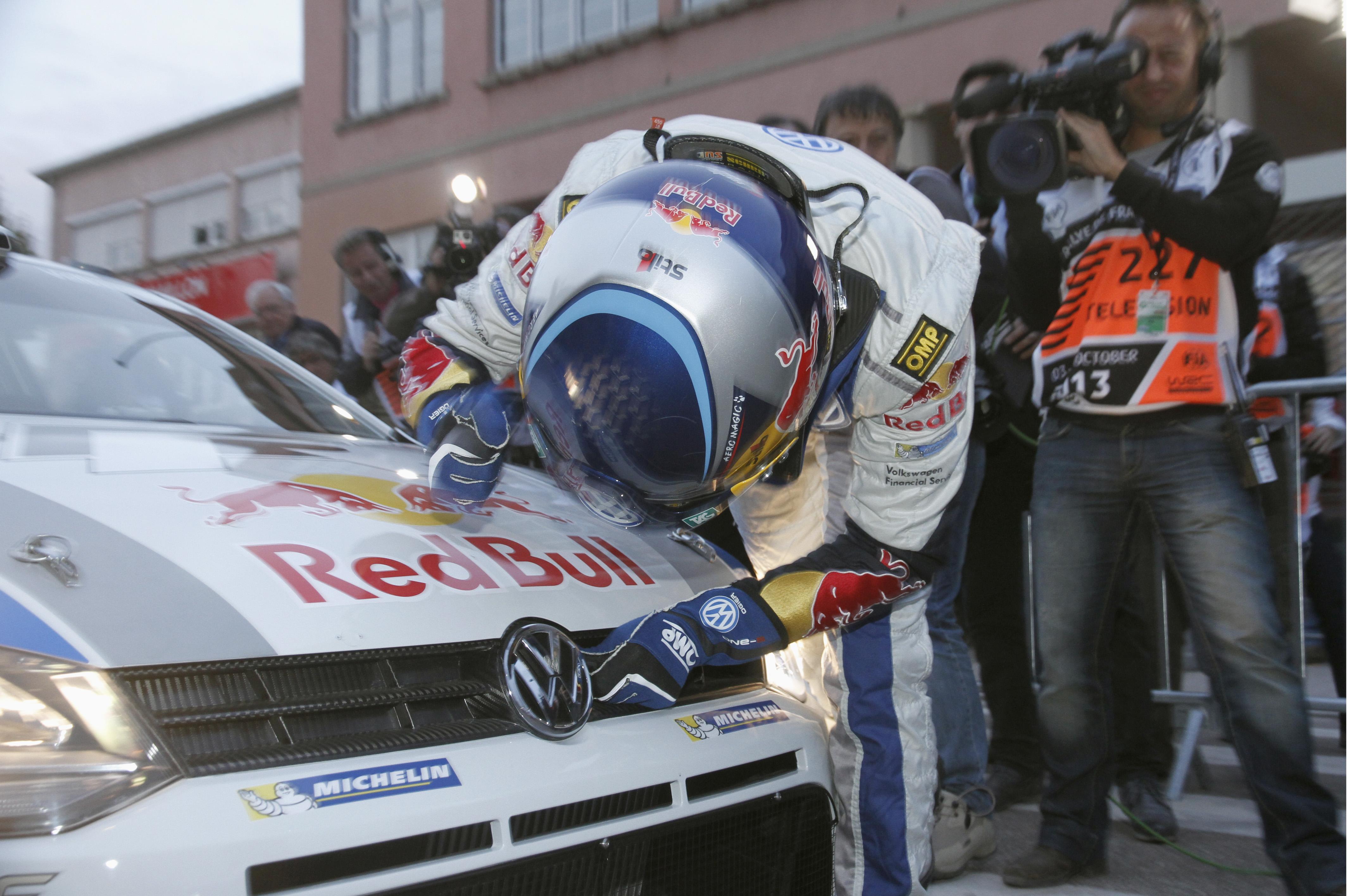WRC 2013 ALSACE SEB OGIER Salue sa VW POLO WRC qui lui a permis de devenir CHAMPION DU MONDE.