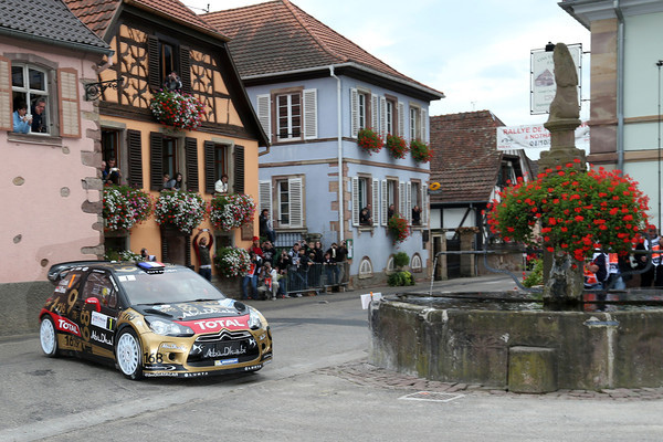 WRC-2013-ALSACE-La-DS3-CITROEN-de-LOEB-ELENA-AVEC-SA-DECORATION-HOMMAGE-Photo-Jo-LILLINI.