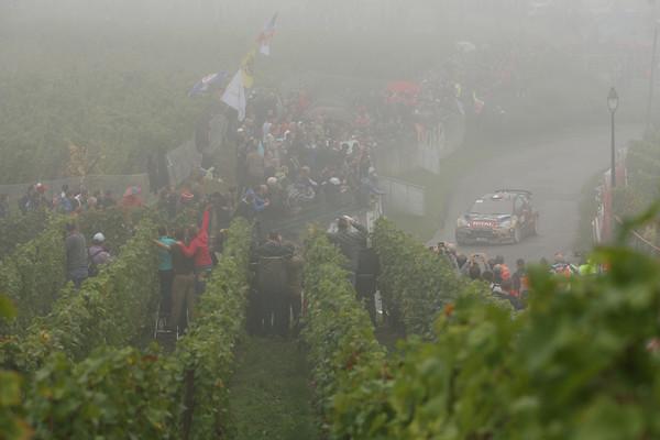 WRC-2013-DS3-CITROEN-LOEB-dans-le-brouillard-photo-JoLILLINI