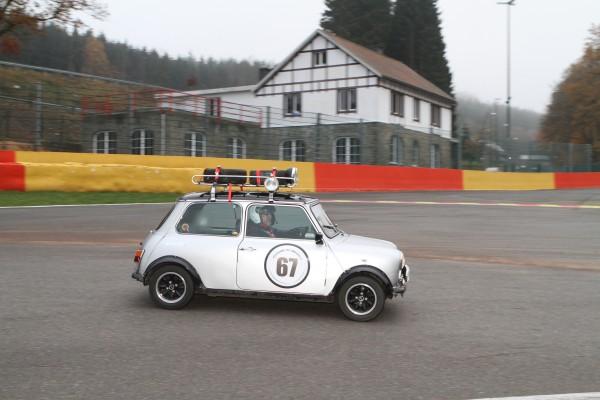 Cette Mini avec roues de réserves sur la galerie porte bagages-Comme au bon vieux temps-© Manfred GIET