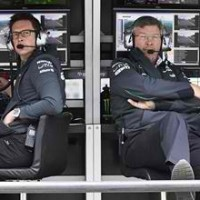 F1-2013-NURBURGRING-ROSS-BRAWN-et-le-STAFF-MERCEDES-le-long-du-muret-photo-DAIMLER-BENZ
