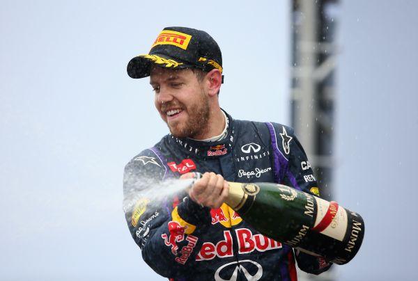F1-2013-SAO-PAULO-VETTEL-sable-le-champagne-sur-le-podium