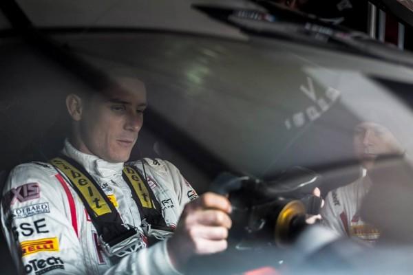 T-FIA-2013-a-BAKOU-Kevin-Estre-regle-sa-position-de-conduite-dans-la-McLaren-du-Team-Hexis-Racing