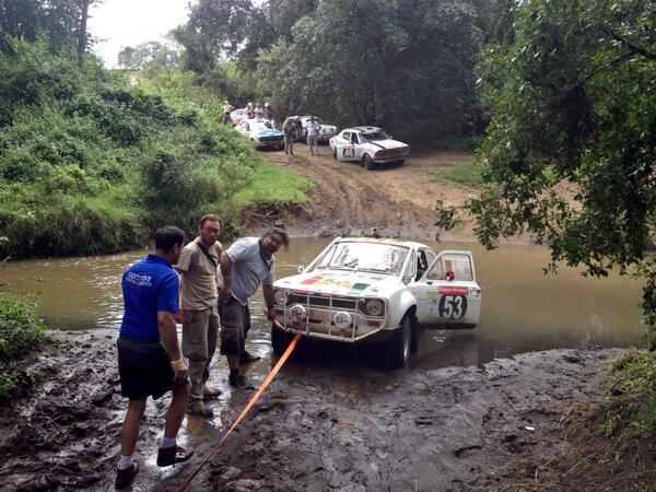 SAFARI-KENYA-2013-Le-fameux-bourbier-et-l-embouteillage-ou-Philippe-et-Fred-sont-restés-bloqués-20-minutes