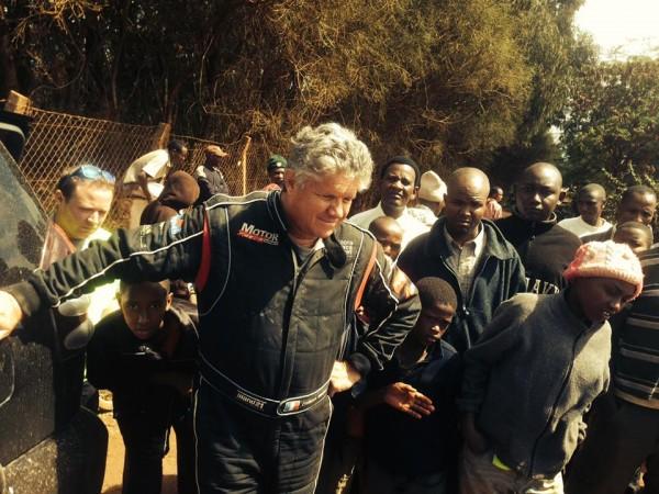 SAFARI-KENYA-2013-Phillippe-VANDROMME-Observe-le-changement-de-ses-roues-par-les-mécaniciens-de-chez-KRONOS