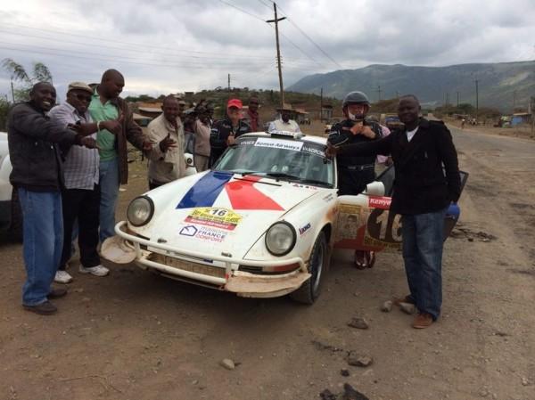 SAFARI-KENYA-CLASSIC-2013-Autour-des-concurrents-Un-public-toujours-nombreux-à-chaque-arrêt.