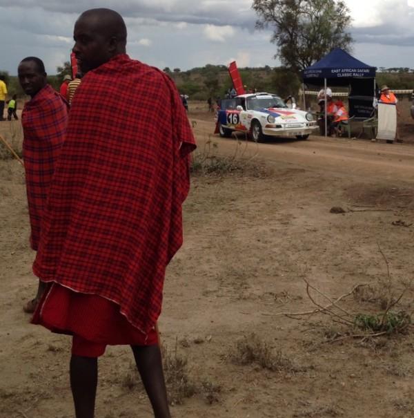 SAFARI-KENYA-CLASSIC-2013-La-PORSCHE-KRONOS-Num-16-au-depart-une-Speciale