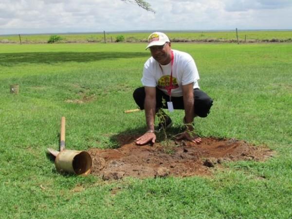 SAFARI-KENYA-CLASSIC-2013-Opération-caritative-initiée-par-Kronos-Vintage-entre-autres-pendant-la-journée-de-repos-avec-ici-une-plantation-d-arbres.
