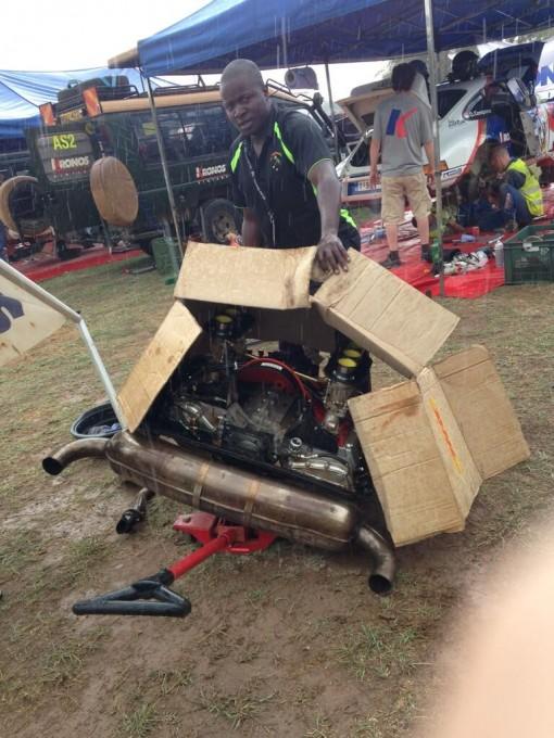 SAFARI KENYA CLASSIC - Changement du moteur de la Porsche Safari de Brianti pendant la journée de repos