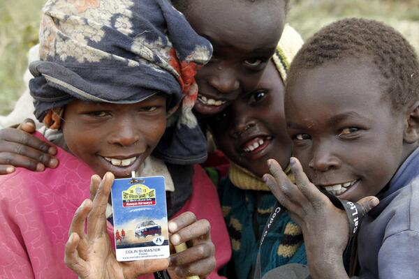 SAFARI-KENYUA-CLASSIC-2013-des-enfants-MASAI-venus-voir-passer-le-rallye