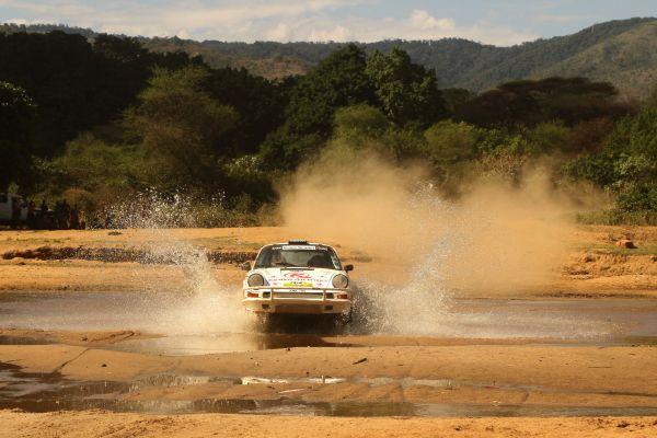 SAFARI-KRNYA-CLASSIC-2013-Une-des-PORSCHE-traversant-un-gué