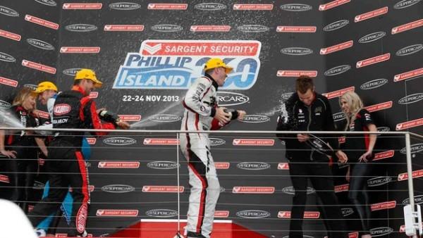 V8-PHILIP-ISLAND-Podium-de-la-1ere-course-avec-TANDER-vainqueur.
