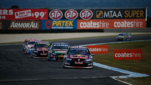 V8-SUPERCAR-JAMIE-WHINUCP-mene-le-peloton-de-la-seconde-course.