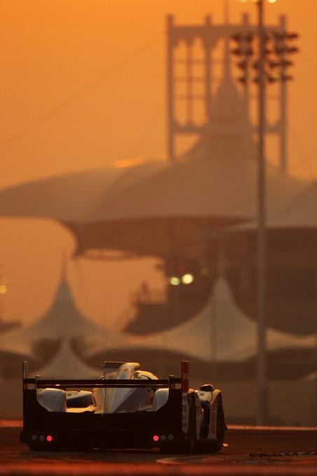 WEC-2013-Bahrain-TOYOTA-7-à-la-tombee-de-la-nuit-Photo-TOYOTA