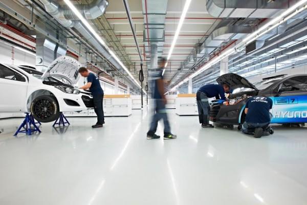 WRC-2013-HYUNDAI-MOTORSPORT-usine-ALZENAU-interieur-atelier