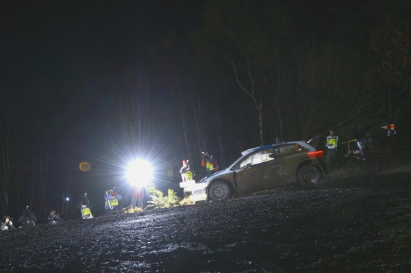 WRC-2013-WALES-VW-POLO-LATVALA-ES-de-nuit-jeudi-14-novembre