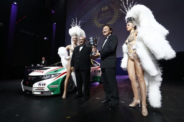 FIA-REMISE-DES-PRIX-Vendredi-6-Decembre-2013-a-PARIS-HONDA-CHAMPION-du-monde-TEAM-en-WTCC-et-les-GIRLS-du-MOULIN-ROUGE