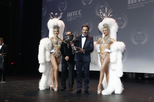 FIA-REMISE-DES-PRIX-Vendredi-6-Decembre-2013-a-PARIS-YVAN-MULLER-CHAMPION-DU-MONDE-WTCC-et-les-GIRLS-du-MOULIN-ROUGE
