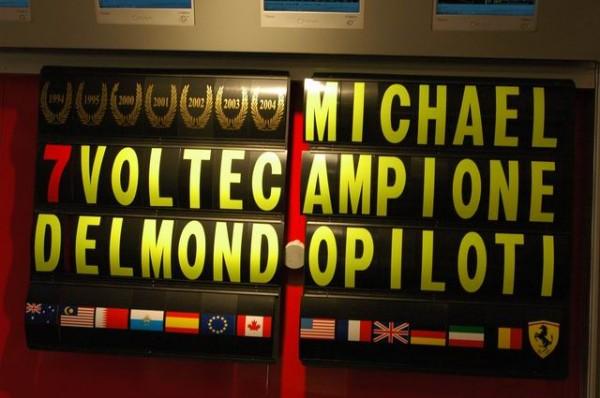 MUSEE-FERRARI-A-MARANELLO-Panneau-saluant-le-7éme-titre-Mondial-de-Michael-SCHUMACHER-Photo-Olivier-THIBAUD