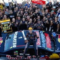 V8-SUPERCAR-2013-JAMIE-WHINUCUP-ET-HOLDEN-TREIPLE-EIGHT-RED-BULL-CHAMPIONS