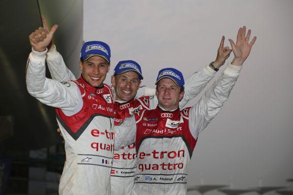 WEC-2013-a-BAHREIN-AUDI-Les-pilotes-de-la-sur-le-circuit-de-SAKHIR
