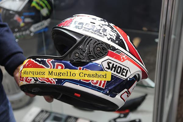 LA CASQUE DE MARQUEZ APRES SON CRASH DU MUGELLO:  CASQUE ET PILOTE INTACTS...