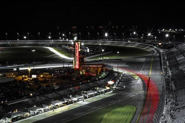 24-HEURES-DAYTONA-2014-le-circuit-dans-la-nuit-Floridienne
