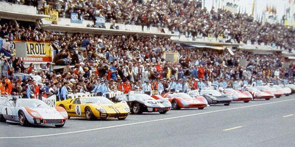 24-HEURES-DU-MANS-1966-La-grille-depart-avec-les-FORD-et-les-FERRARI