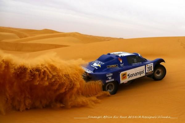 AFRICA-RACE-2014-Jean Louis SCHLESSER vole dans les dunes  Mauritaniennes