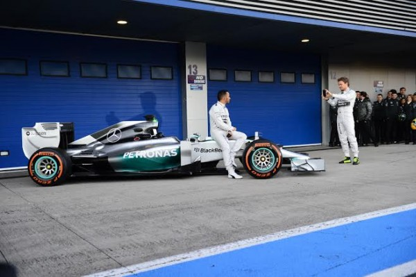 F1-2014-JEREZ-essai-28-Janvier-Presentation-Team-MERCEDES-avec-ROSBERG-et-HAMILTON-Photo-Max-MALKA.