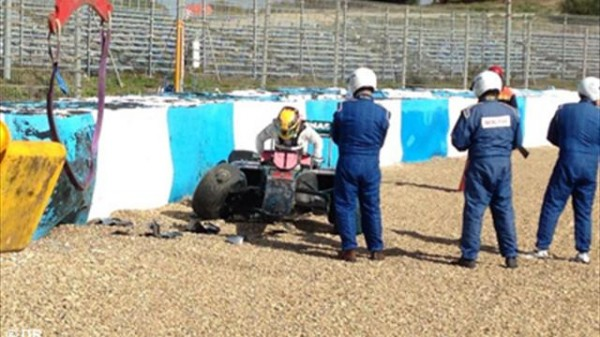 F1-2014-JEREZ-sortie-de-piste-de-la-MERCEDES-de-LEWIS-HAMILTON-mardi-28-janvier