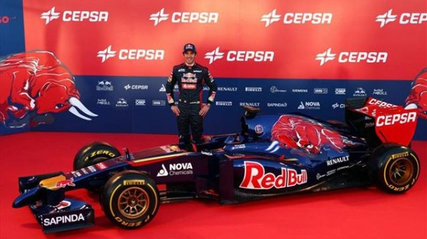 F1-2014-Jean-Eric-VERGNE-devant-la-nouvelle-TORO-ROSSO-RENAULT-STR8-présentation-vircuit-de-JEREZ-le-lundi-27-janvier-2014