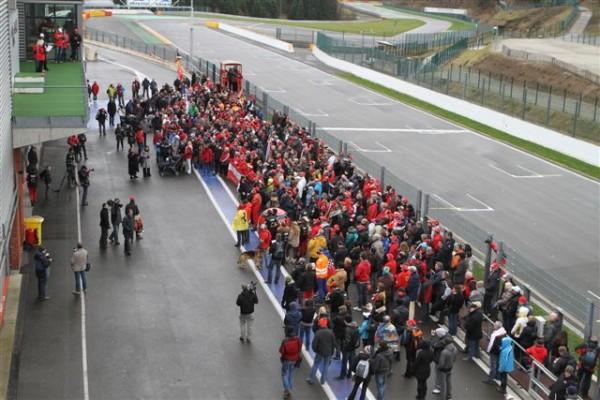 HOMMAGE-A-SCHUMACHER-a-SPA-Les-fans-réunis-au-pied-du-podium-où-Michaël-a-souvent-été-sur-la-première-marche-©-Manfred-GIET