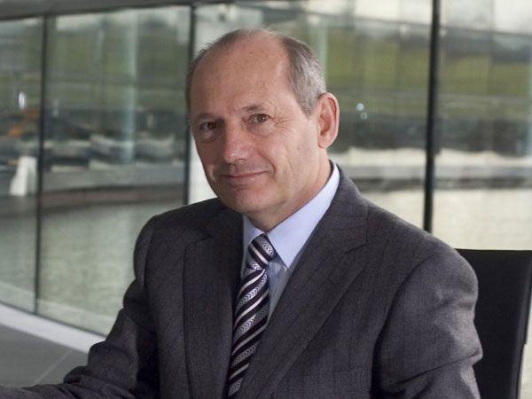 Ron-dennis dans son bureau au siège de McLaren Group a WOKING