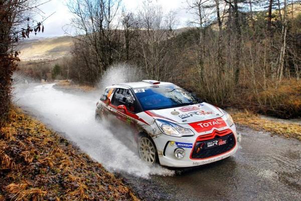 WRC 2014 MONTE CARLO La DS3 de Seb CHARDONNET et Thibault DE LA HAYE traverse un torrent d eau qui devale sur la route
