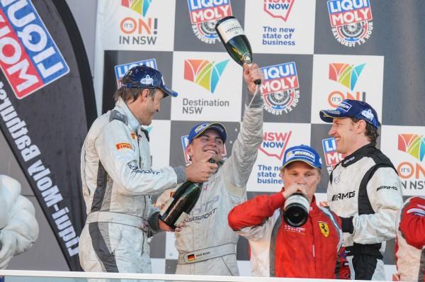 12 HEURES BATHURST 2014 Podium pour Harold PRIMAT et ses équipiers avec l un des vainqueurs Mika SALO.